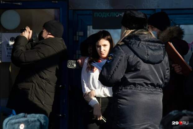 21-летняя сотрудница, которая оказалась в заложницах