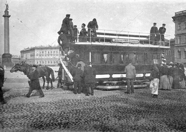 Конка на остановке Дворцовая площадь. Фотограф К. Булла. Нач. 1900-х гг.