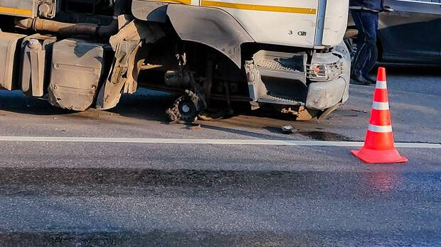 Два грузовика столкнулись на шоссе Энтузиастов около МКАД