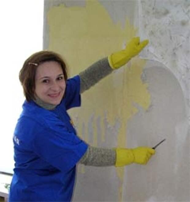 Перед тем как клеить новые обои необходимо удалить со стен старые