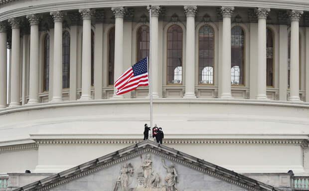 В США на пять дней приспустят флаги в память о жертвах COVID-19
