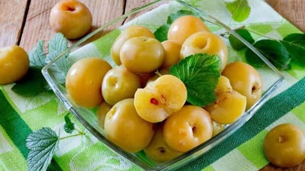 Мочёные яблоки на смородиновых листьях