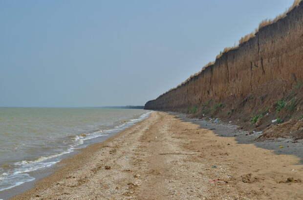 Лучше выбирать жилье поближе к Азовскому морю, так как Таганрогский залив выглядит местами не очень