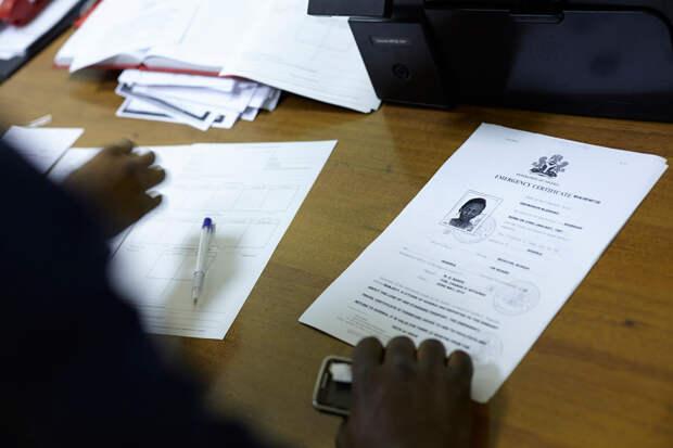 9. В здании УФМС. Оформление документов для добровольной депортации. А это новые документы Блессинг. Теперь она имеет право поехать домой.