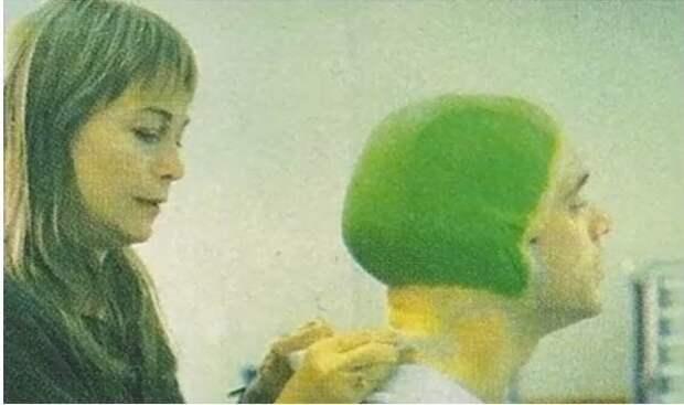 """Фотографии Джима Керри в кресле гримера для фильма """"Маска"""", 1994 год."""
