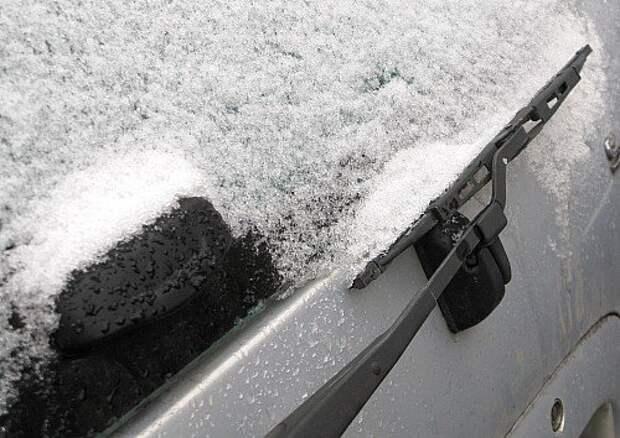 На некоторых машинах щетка тылового дворника иногда примерзает прямо к задней двери