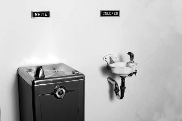 Два питьевых фонтанчика с надписями Для белых и Для цветных