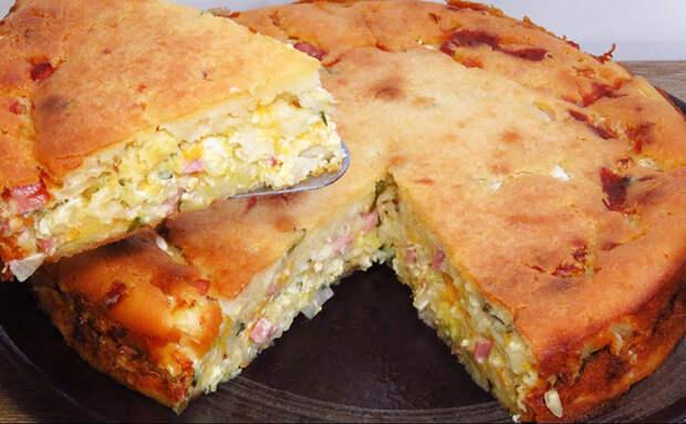 Режем мелко зеленый лук и яйца, заливаем тестом и пирог почти готов. Лепить не требуется