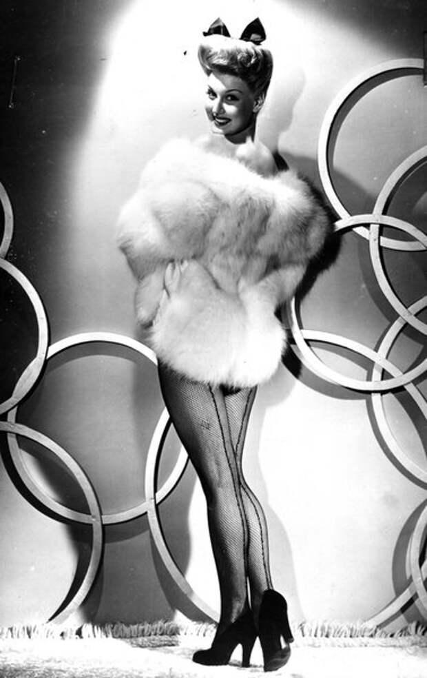 Энн Саваж (Ann Savage) рекламирует зимнюю моду 1943/44 гг.
