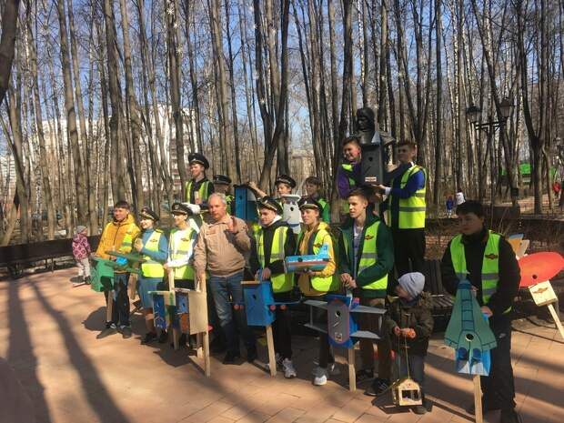 Ученики летной школы смастерили оригинальные скворечники в Бабушкинском парке