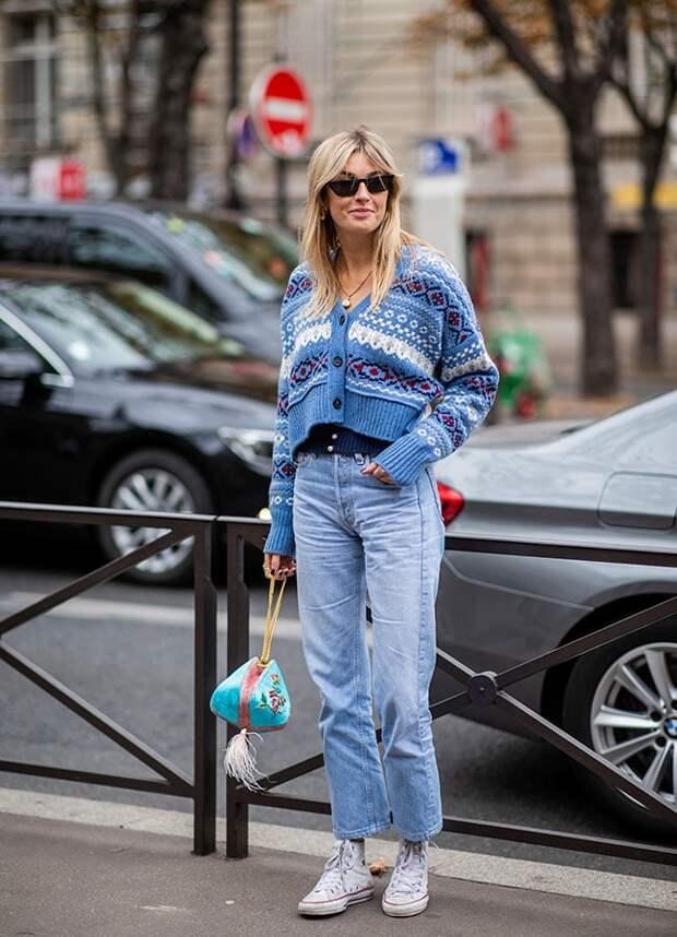 Девушка в кардигане и джинсах