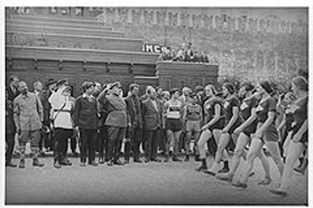 Немногим комсомолкам, спортсменкам и просто красавицам удалось пронести девичью честь мимо Авеля Енукидзе (в центре отдает честь)
