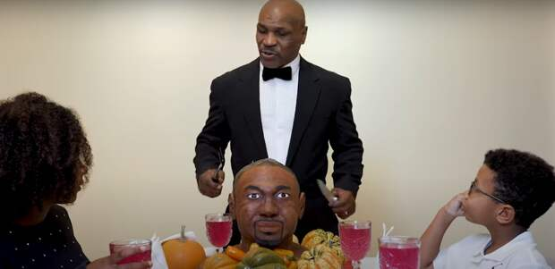 Боксеры шутят: Майк Тайсон закусил шоколадным ухом оппонента