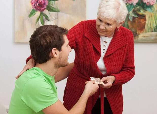 Сын помогает матери и не знает, что завещание переоформлено на дочь. «А без денег он бы не помогал?