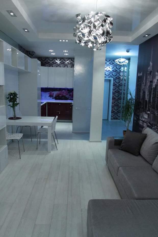 Обеденный стол и диван