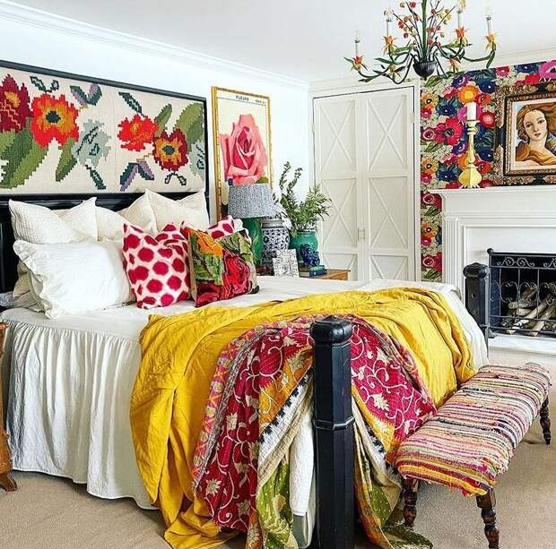 Спальня супругов с белым камином. Над изголовьем кровати картина с тканью из коллекции Кортни. Фото из Инстаграм-аккаунта Кортни @zigandcompany