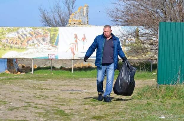 Прошел субботник по уборке береговой линии от бытового мусора
