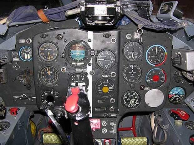 Фотография приборной панели в кабине МиГ-15УТИ