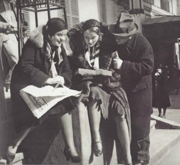 1930. Марлен Дитрих читает статью критика в газете