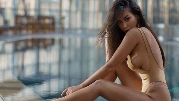 Девушка Владислава Игнатьева показала фото вжелтом купальнике соголенной грудью