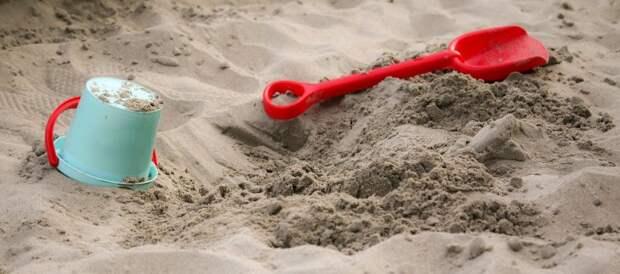 Во дворе на Полтавской заменили песок