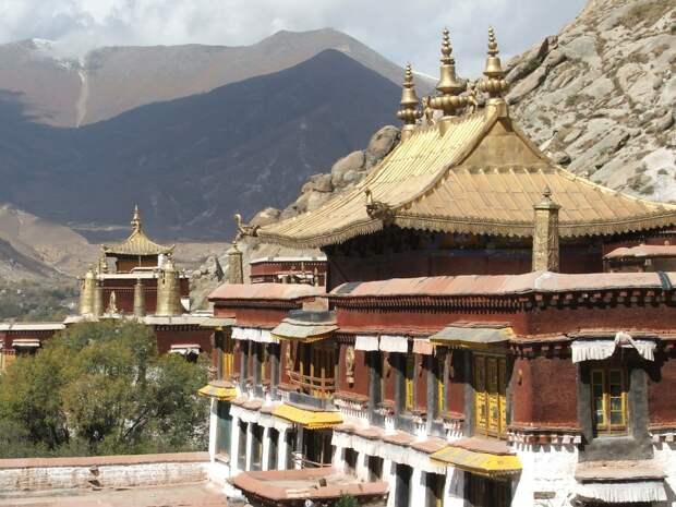 На Тибете ежегодно проходит фестиваль, когда женщины, дети и мужчины купаются вместе