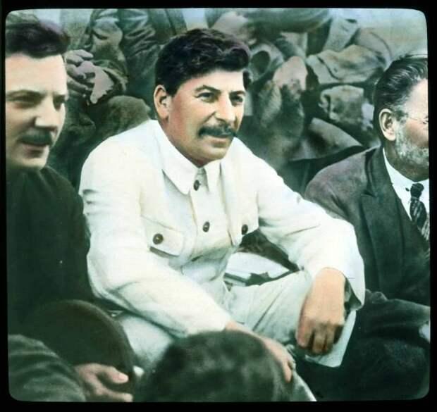 Сталин. Слева и справа от него – Ворошилов и Калинин
