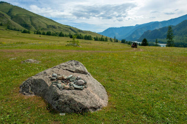 Жертвенник рядом с каменными бабами. Они находятся вверх в гору метров 70. Скоро покажу ;)