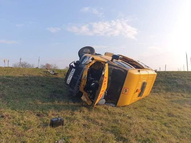 В Абинском районе школьный автобус столкнулся с легковушкой