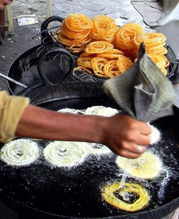 Джалеби - это одна из самых популярных сладостей в Индии.