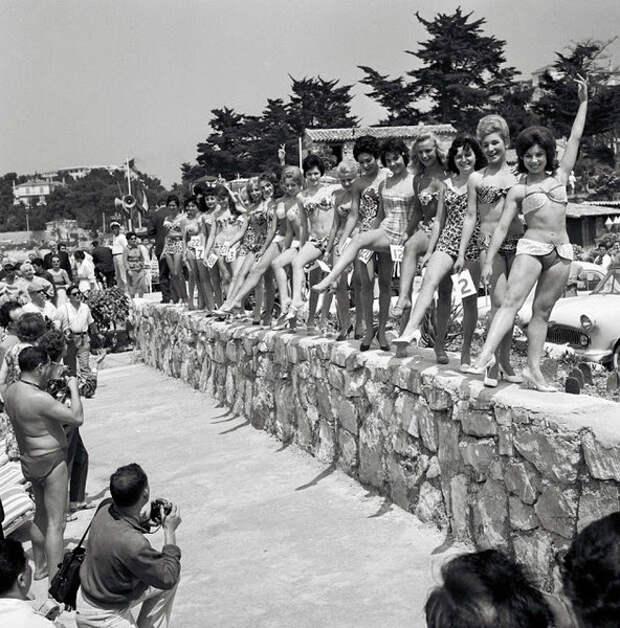 Женщины, одетые в плавательные костюмы, демонстрируют свои тела во время конкурса красоты. 13-й Каннский международный кинофестиваль, Франция, 1960.