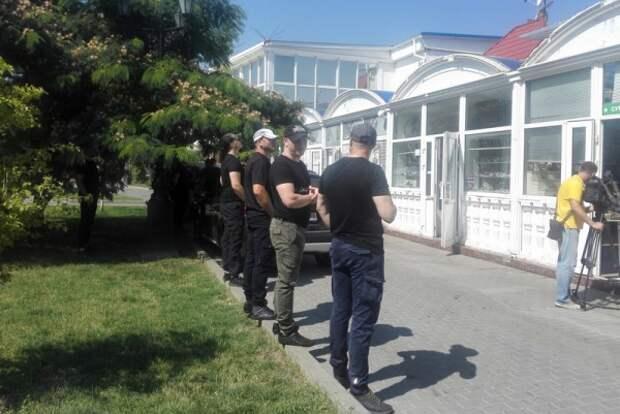 С набережной Севастополя «стирают» киоски