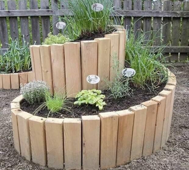 Еще один оригинальный пример использования древесного материала для оформления спирального сада. /Фото: i.pinimg.com