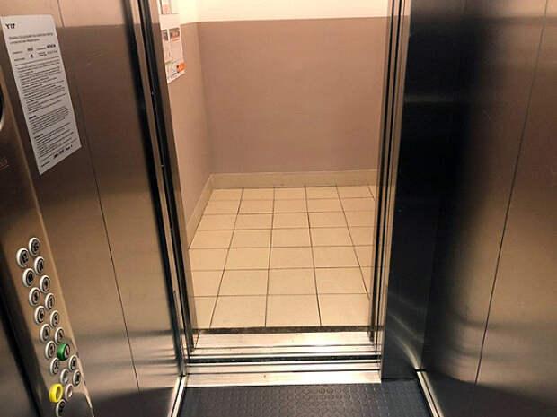 В Москве мигрант разделся в лифте перед девятиклассницей