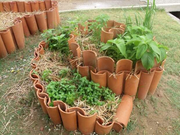 Спираль с растениями можно обустроить даже с помощью черепицы. /Фото: i.pinimg.com