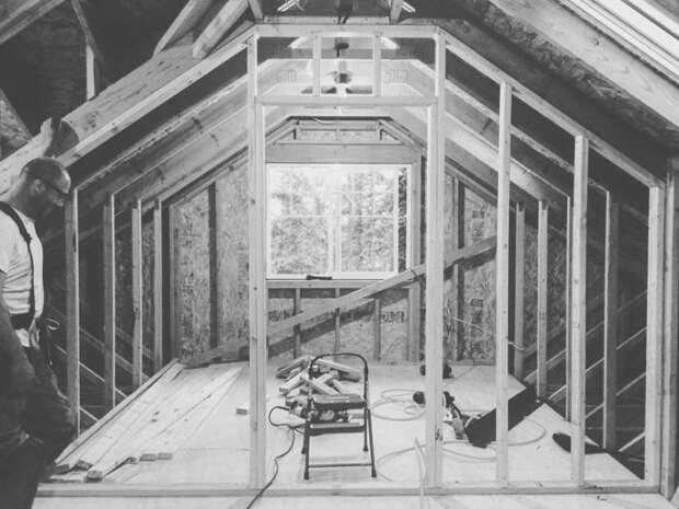 Начали с уборки помещения и подготовки стен к реконструкции.