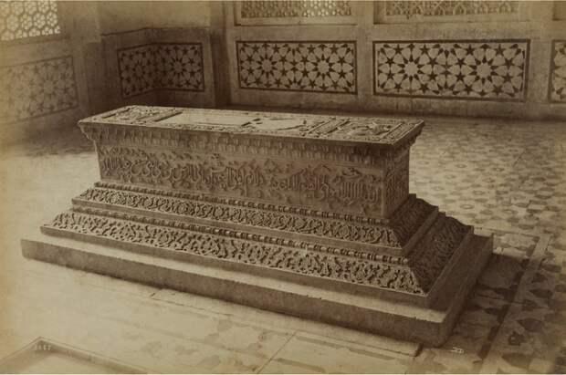 Фотография могилы дочери императора Мугхал Акбара вблизи Северного города Агра, снята в 1886-87 году.