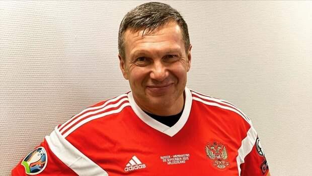 Черчесов подарил телеведущему Соловьеву футболку сборной России сфамилией Дзюбы