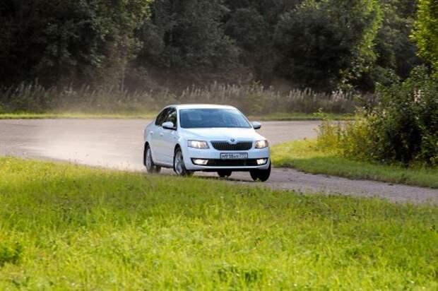 Поведением в скоростных тягунах Octavia напоминает Focus – надежна и предсказуема. Вот только усилие на руле «чешки» более понятное.