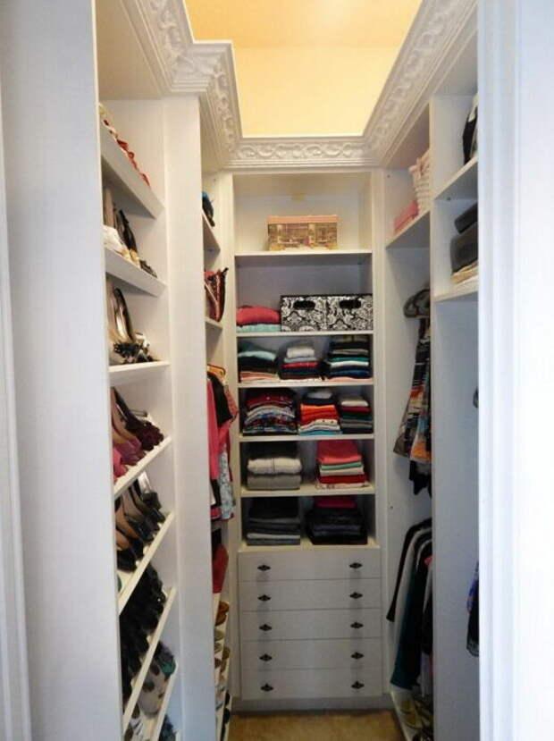Маленькая, но вместительная гардеробная, расположенная в небольшой нише неправильной формы. /Фото: i2.wp.com