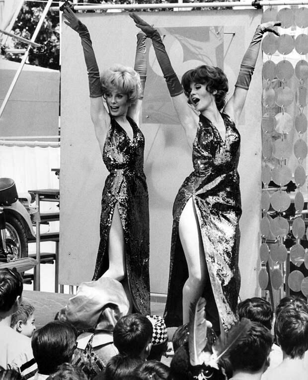 Сестры Катрин Денев и Француаза Дорлеак в фильме «Девушки из Рошфора» 1967 года.