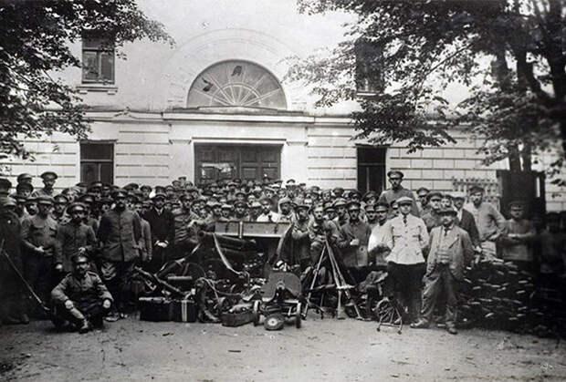 Германские военнопленные рядом с городским театром в Ярославле. 1918 год