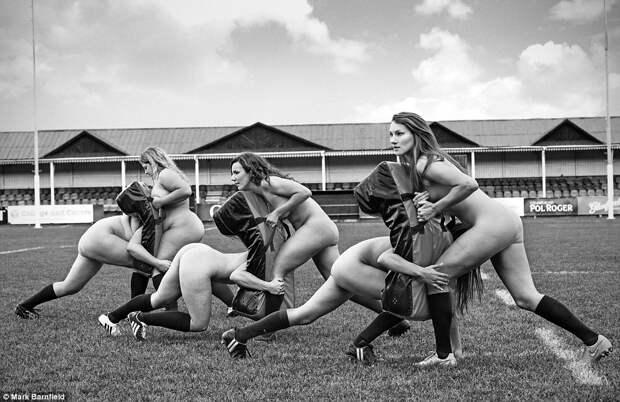 Женская сборная Оксфорда по регби разделась ради благотворительности