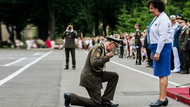 В Сети назвали «дном» унижение офицера ВСУ перед послом Великобритании
