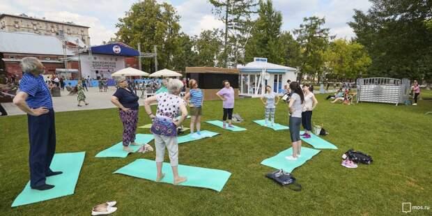 Пенсионеры из Бабушкинского поддерживают здоровый образ жизни на занятиях в парке