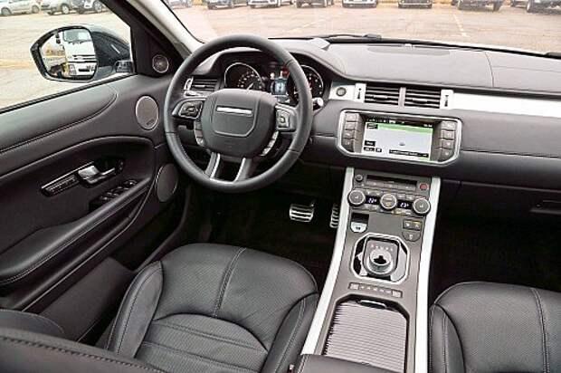 Интерьер Эвока основателен, качество материалов на высоте. А вот логика управления некоторыми функциями оставляет желать лучшего. К шайбе, исполняющей должность селектора автомата, нужно привыкнуть. Range Rover предлагает на выбор пять режимов работы полноприводной трансмиссии. Этот Evoque снабжен сенсорным дисплеем с функцией раздельных изображений – для водителя и для переднего пассажира. Управлять на ходу через его меню функциями массажа и вентиляции передних сидений неудобно.