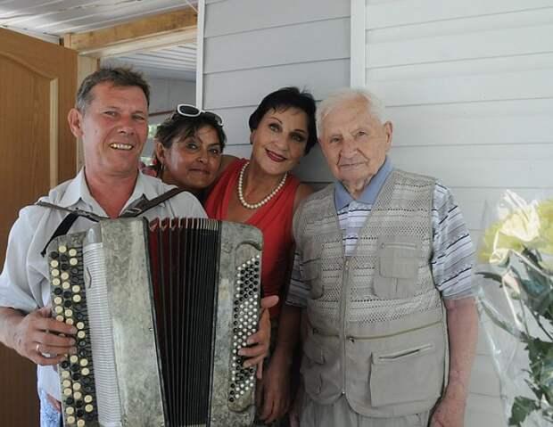 104-летний гроссмейстер Иван Волошин с родными. Фото: КП - Владивосток.