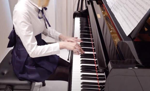 Пианистка выступает в коротких платьях и собирает миллионы зрителей, но никому не показывает лицо