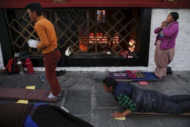 Паломники молятся возле храма Джоканг в центре Лхасы, 20 ноября 2015 года.