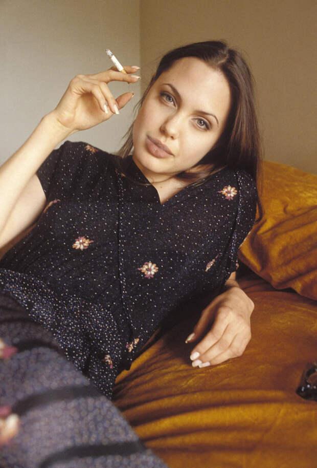 Анджелина Джоли (Angelina Jolie) в фотосессии Мишеля Буркара (Michel Bourquard) (1994), фото 7